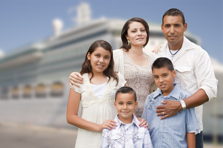 Young Happy Hispanic Family On The Dock In Front of a Cruise Ship. Banque d'images