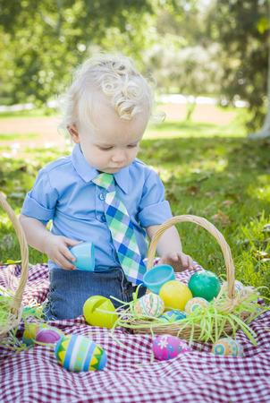 picnic blanket: Cute Little Boy Disfrutar de sus huevos de Pascua en Manta de picnic fuera en el parque.