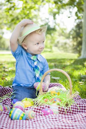 picnic blanket: Little Boy lindo afuera en Manta de picnic Holding Pascua Consejos Huevos su sombrero.