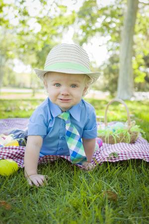 picnic blanket: Little Boy lindo sonrisas en Manta de picnic con los huevos de Pascua alrededor.