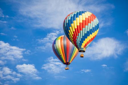 Hermosos Globos del aire caliente contra un cielo azul y nubes profundas. Foto de archivo