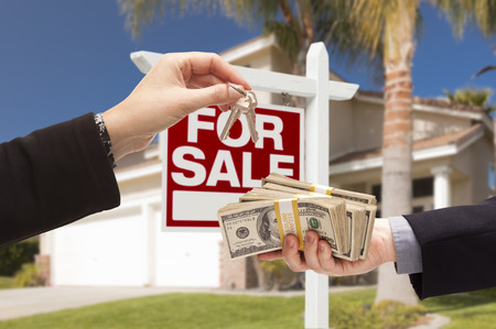 cash money: Agente de Entrega de claves como comprador se Entregando el efectivo para Casa de Inicio y Venta de Bienes Raices Reg�strate Detr�s