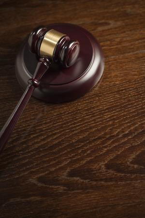 orden judicial: Mazo de madera abstracto oscuro en la mesa con espacio para texto.