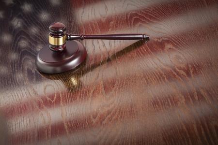 Gavel en bois reposant sur le drapeau américain Reflétant tableau. Banque d'images