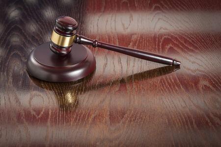 orden judicial: Descansar el mazo de madera sobre la bandera americana Reflejando la tabla. Foto de archivo