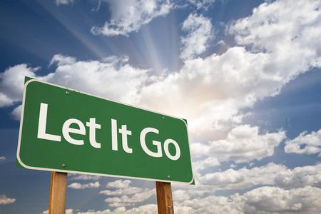 Let It Go Green Road Sign mit dramatischen Wolken und Himmel.