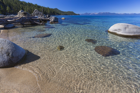 shoreline: Hermosa Agua Clara la costa del Lago Tahoe. Foto de archivo