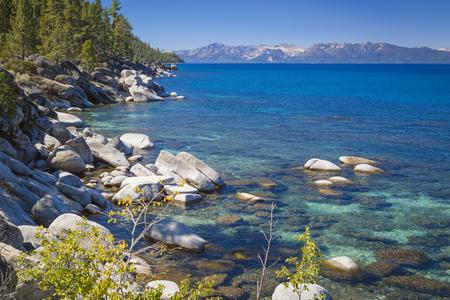 shoreline: Hermosa Clear Water costa del Lago Tahoe. Foto de archivo