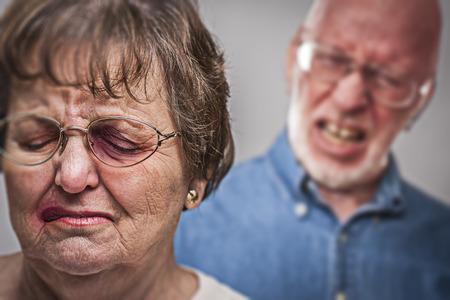 mujer golpeada: Maltratadas y mujer asustado con Siniestro Angry Man Behind. Foto de archivo