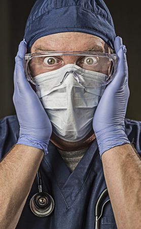 surgical: Aturdido Hombre médico o enfermera con ropa de protección y estetoscopio.