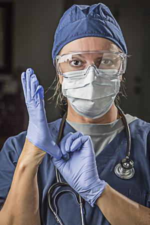enfermera con cofia: Preocupada Mujer médico o enfermera que pone en protección desgaste facial y guantes quirúrgicos.