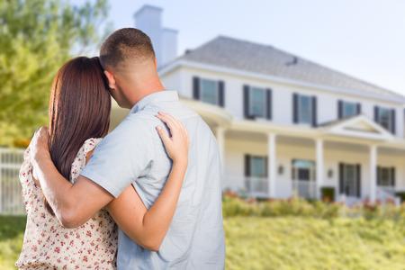 pareja en casa: Cariñosa pareja Militar Mirando Niza Nueva Casa. Foto de archivo