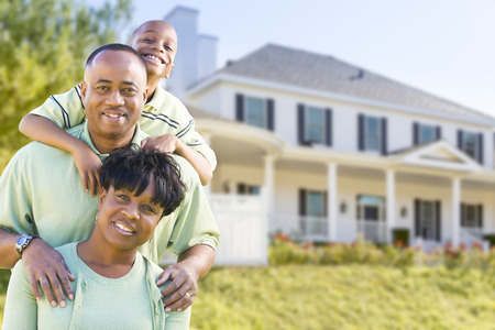 exteriores: Feliz Atractivo African American Family frente a la casa hermosa. Foto de archivo