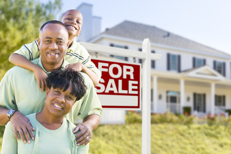 Happy African American Family In Front of For Sale Real Estate Sign and House. Banque d'images