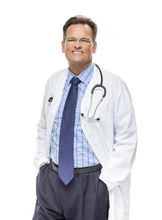 bata de laboratorio: Hermoso Hombre sonriendo Doctor en capa del laboratorio con el estetoscopio aislado en un fondo blanco. Foto de archivo