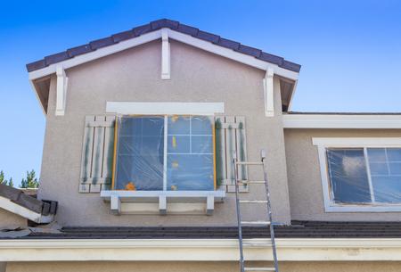 建設はしご新しいペンキの家準備に立てかけられて。 写真素材