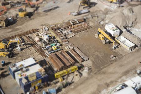 익스 트림 Bokeh와 바쁜 건설 사이트의 공중보기.