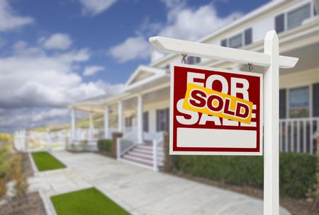 Verkocht huis voor verkoop onroerend goed teken en Beautiful New House.