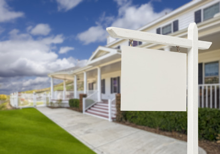 Lege onroerend goed teken voor mooie nieuwe huis. Stockfoto