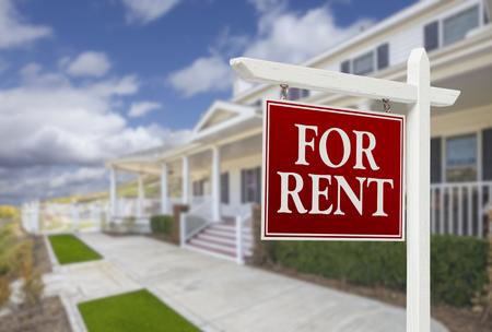 美しい家の前で賃貸不動産の看板の赤。 写真素材