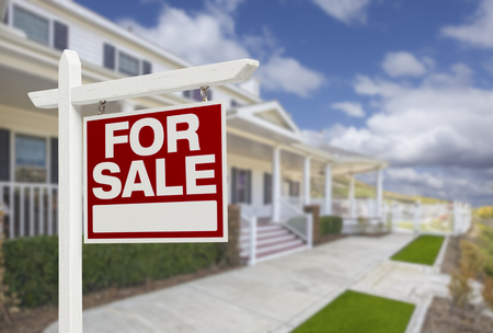 Accueil vente immobilière signe et belle maison de nouveau. Banque d'images - 35643148