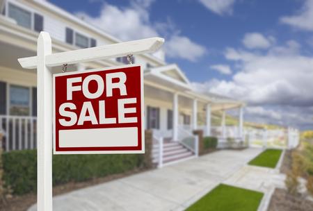 nieruchomosci: Dom dla sprzedaży nieruchomości znak i pięknym nowym domu.