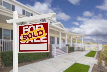 building house: Venduto casa per vendita immobiliare segno e bella casa nuova. Archivio Fotografico