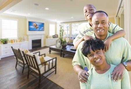 vendedor: Feliz africano joven familia Amercian En su sala de estar.