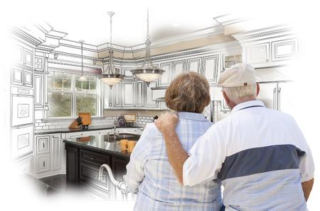 Senior koppel op zoek Over Custom Keuken Design Tekenen en Foto Combinatie. Stockfoto