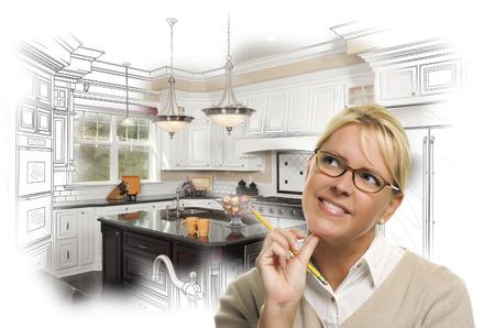 Kreatives Frau mit Bleistift über Custom Kitchen Design Zeichnung und Foto Kombi auf Weiß.
