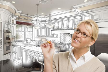 사용자 지정 주방 디자인 드로잉 및 사진 조합을 통해 연필로 창조적 인 여자. 스톡 콘텐츠