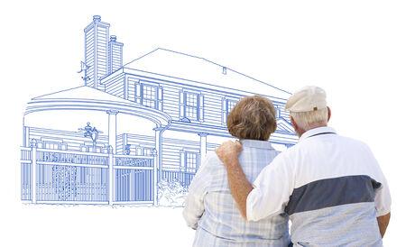 personas mayores: Curioso Abrazar Pareja mayor que miran la casa de dibujo en blanco.