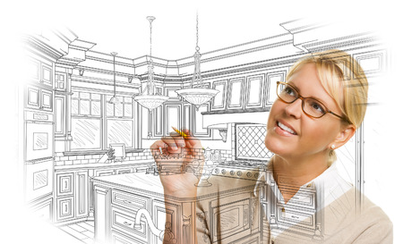 흰색에 사용자 지정 주방 디자인을 그리기 연필로 창조적 인 여자.