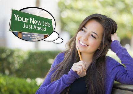 mujer pensativa: Pensativo mujer joven con la burbuja del pensamiento de su nuevo trabajo de Just Ahead Green Road Sign.
