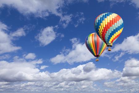 Deux Montgolfières Up In The Beautiful Blue Sky. Banque d'images - 39101968