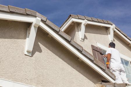pintor: Ocupado Pintor Pintura de casa la moldura y persianas de una vivienda.