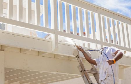pintor: Pintor El uso Facial Spray de protección Pintura Una cubierta de un hogar.