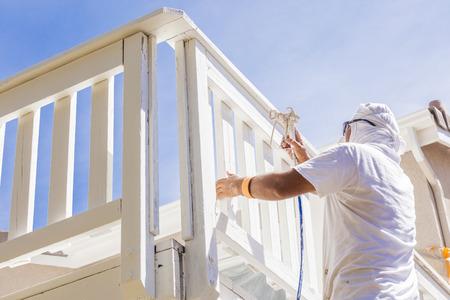 pintor: Pintor El uso Facial Spray de protecci�n Pintura Una cubierta de un hogar.
