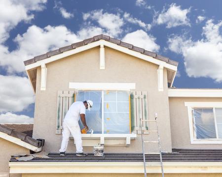 trabajando en casa: Ocupado Pintor Pintura de casa la moldura y persianas de una vivienda.