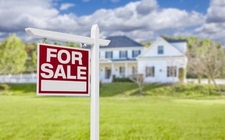 bienes raices: Hogar para venta inmobiliaria signo delante de la bella casa nueva. Foto de archivo