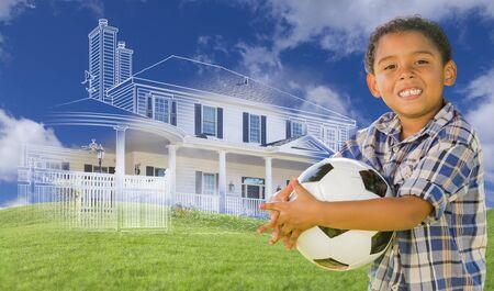 뒤에 고스트 하우스 그리기, 일부 사진 및 롤링 녹색 언덕과 혼합 인종 어린 소년 들고 축구 공.