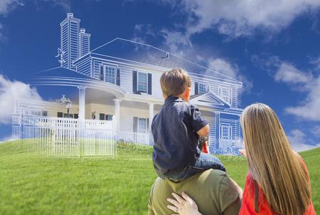 Mladá rodina Tváří v tvář zástupný kresby domu, částečná Foto a zvlněné zelené kopce.