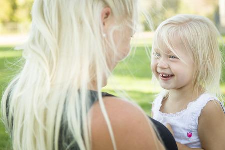 mignonne petite fille: La petite fille mignonne amuser avec sa mère à l'extérieur. Banque d'images