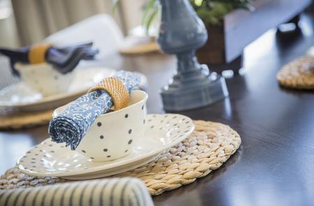 decoracion mesas: Hermosa Resumen de Mesa de comedor con servicios de mesa.