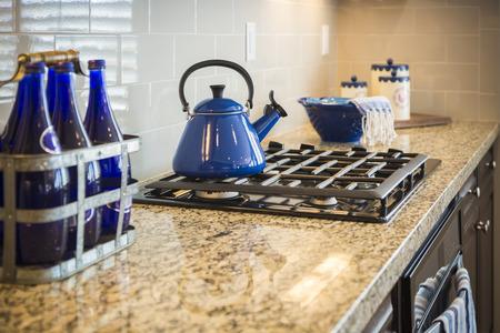 canicas: Mármol Bautiful contador de cocina y cocina con azul cobalto decoración.