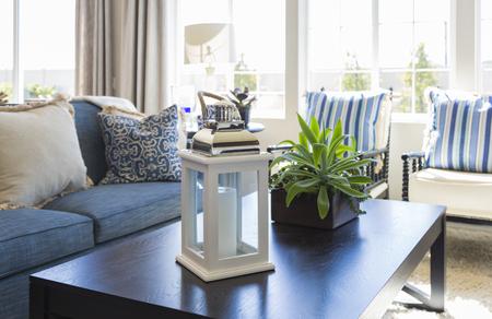 superficie: Azul Belleza acentuó Área de estar con mesa de café, sofá y sillas de Inicio.