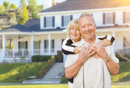 jubilados: Pares mayores felices en el patio delantero de su casa.