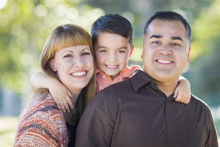 convivencia familiar: Feliz atractivo joven de la raza mezclada Retrato de la familia al aire libre.