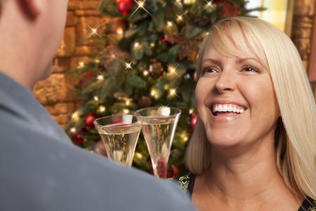 socializando: Muchacha Bonita Socializar con Champagne Cristal En la fiesta de Navidad.