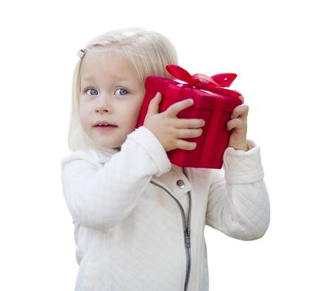 ojos azules: Bebé feliz regalo de Navidad roja de la explotación agrícola aislado en el fondo blanco.